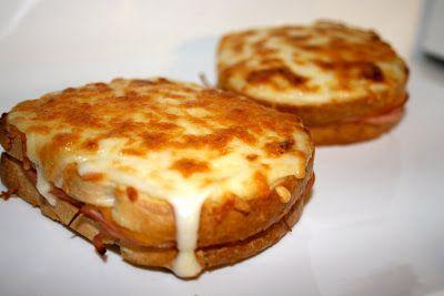 Il Croque-Monsieur è un tipico toast francese, anche se, per favore, non chiamatelo semplicemente toast! Questo termine è decisamente limita...