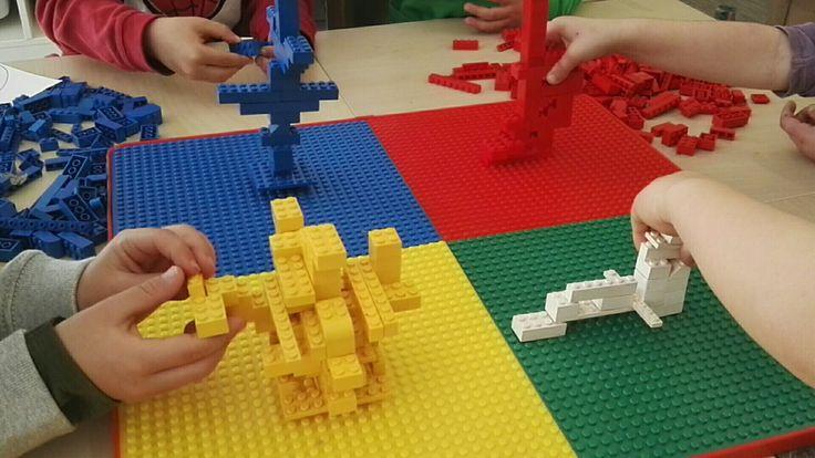 Juego con Lego. Solamente una pieza piede tocar el suelo!