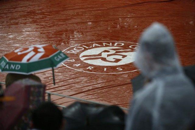 Pas de toit rétractable avant 2020 pour Roland-Garros: Roland-Garros est le seul tournoi majeur sans une structure permettant de poursuivre le jeu les jours de pluie. (Photo Alastair Grant, AP) - Mai 2016