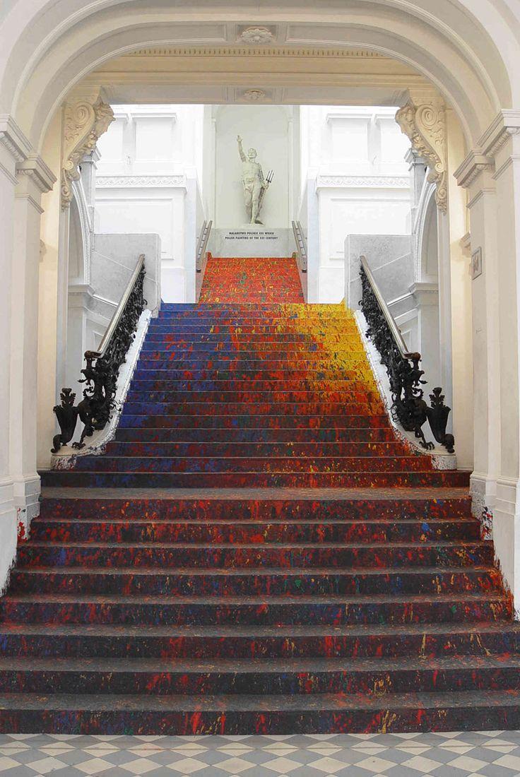 Un artiste polonais peint les escaliers du musée dart zacheta http