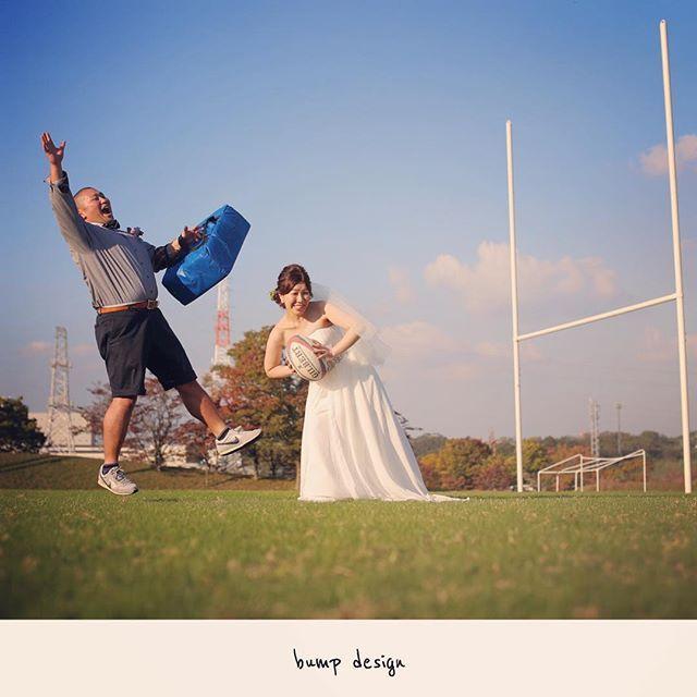 #ラグビー 現役のラグビー選手の新郎さん。 やっぱりムッキムキ! でも やっぱり新婦からの愛のタックルにはかないません!! 吹っ飛んじゃった! 笑 #結婚写真 #花嫁 #プレ花嫁 #結婚 #結婚式 #結婚準備 #婚約 #カメラマン #プロポーズ #前撮り #エンゲージ #写真家 #ブライダル #ゼクシィ #ブーケ #和装 #ウェディングドレス #ウェディングフォト #七五三 #お宮参り #記念写真 #ウェディング #IGersJP #weddingphoto #bumpdesign #バンプデザイン