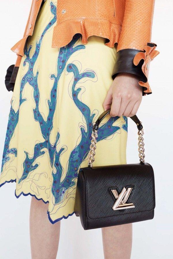 Ennesima sfida per la casa di moda francese, che accostando modelli tipici a sfiziose novità, crea nuove alchimie tra colori e classici senza tempo.http://www.sfilate.it/228848/louis-vuitton-collezione-borse-resort-2015