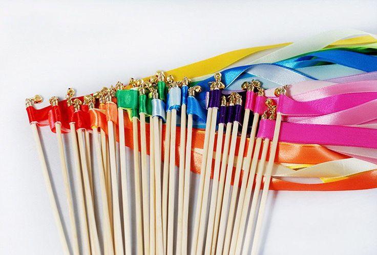 """Preparación para enseñar """"Cuando Me Bautice"""" Hacer varitas de cinta de colores para cada niño con un palito de helado y que midan alrededor de 1 metro de largo. Es posible que desee hacerlas de los colores del arco iris."""