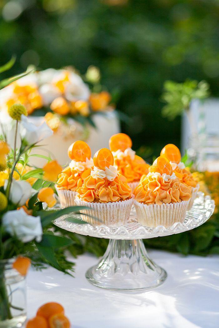 Hochzeitsblume Herbst: Nadelkissenprotea | Friedatheres.com  Orange Cupcakes  Fotografie: Lichterstaub-Fotografie Blumen und Deko: Blumig heiraten