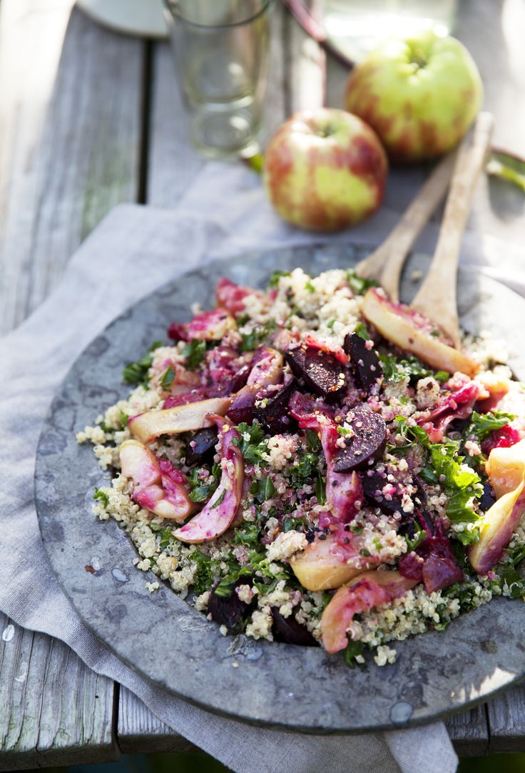 Quinoa och grönkålssallad med rostade äpplen och rödbetor
