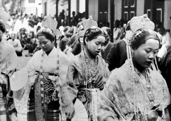 Bugis women, Sulawesi. Date unknown
