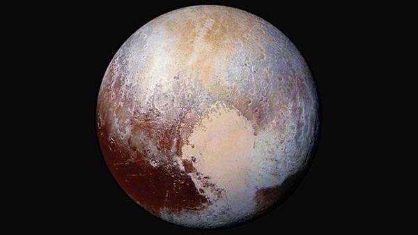Aufnahme von Pluto und der eisbedeckten 'Sputnik Planitia' (NASA/JHUAPL/SwRI). Die Entstehung der herzförmigen Geländestruktur und der dort entstandenen 'Eiskappen' auf Pluto könnte neben der gängigen Einschlagshypothese auch als natürlicher Entwicklungsweg des Zwergplaneten auf seiner langen Umlaufbahn um die Sonne verstanden werden.