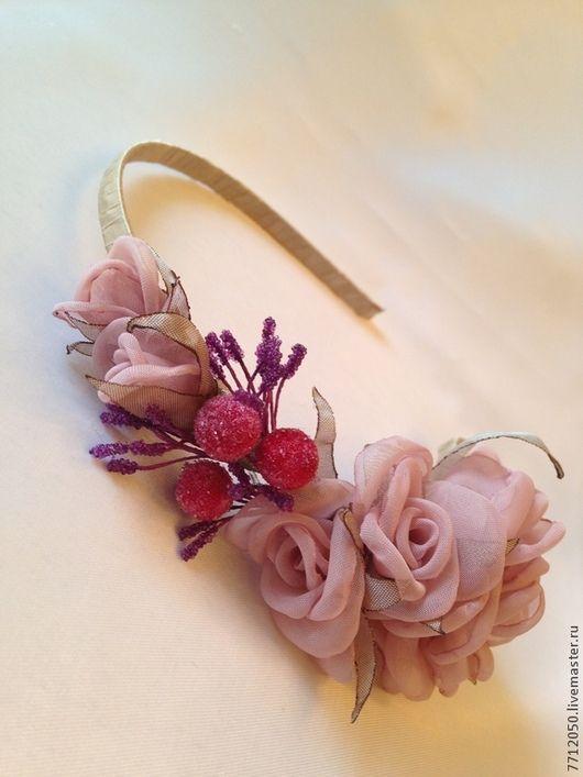 нежный ободок с цветами розы ручной работы красные ягоды обруч с цветами подарок девушке женщине ободок для торжества для выпускного бала летний образ подарок на любой случай украшение для волос украшение для прически