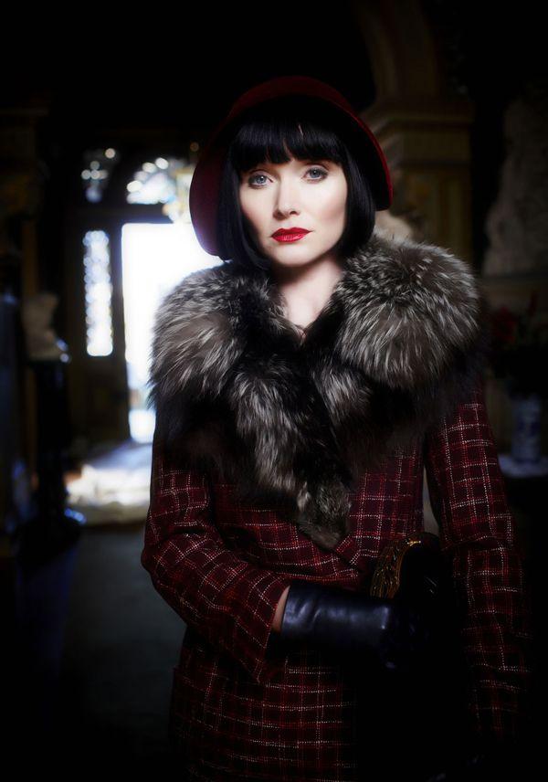 /*1) Avec le look navy de Miss Fisher, les Marines n'ont qu'à bien se tenir !*/  /*2) Ici en manteau écossais, Miss Fisher a tout d'une Princesse de Galles.*/  */3) L'élégance de Miss Fisher, c'est d'avoir de l'allure quelle que soit la situation./*