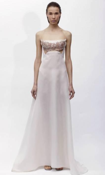 Na sua colecção ready-to-wear primavera 2013, Angel Sanchez prima pelos vestidos estilizados e assimétricos, com recortes inesperados.
