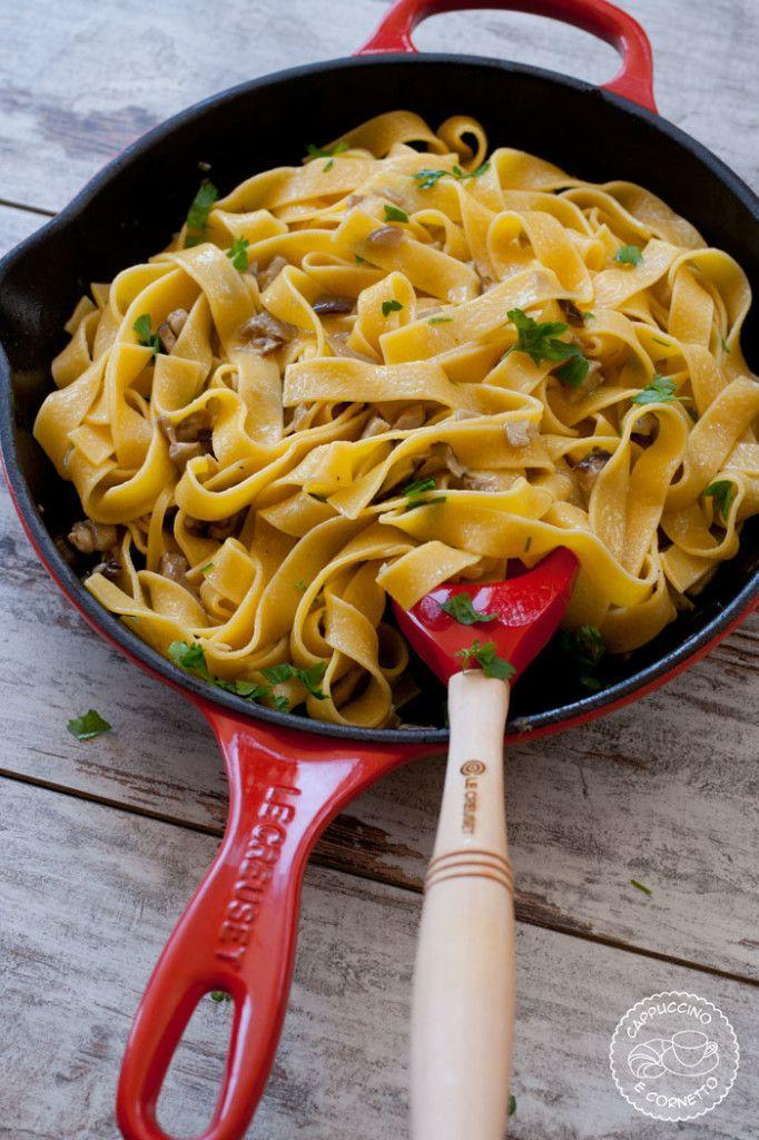 Padella doppio becco in ghisa smaltata colore rosso, cucchiaio in silicone colore rosso @LeCreusetItalia #rosso #red #tagliatelle #funghiporcini #primipiatti #food