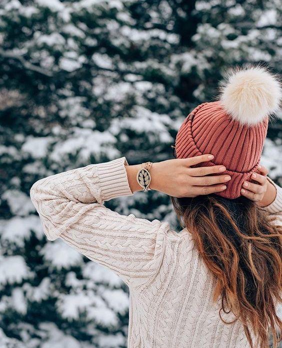 Девушка в шапке спиной на аву