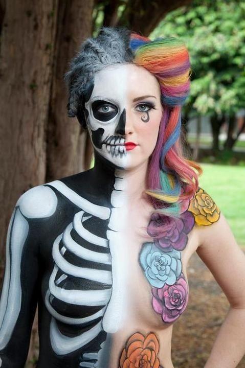 Maquillaje de vida y MuerteJen Ostermat luce en su cuerpo la dualidad de dos polos opuestos que son la vida y la muerte,. Por un lado muestra un esqueleto y por la otra una piel y colorido peinado acompañado por unas flores pintadas que simbolizan la...