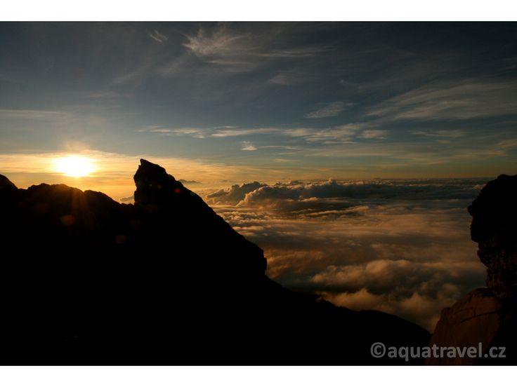 Agung, pohled z vrcholu nejvašší sopky na Bali 3033 m.n.m. za svítání.