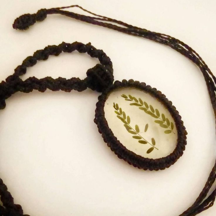 Macrame necklace with real leaves from a desert tree 🌿 #sanpedrodeatacama #madeinchile #resinpendant #macramejewelry #handmadenecklace #macrameandino #andeandesign #blacknecklace. #uniquejewelry