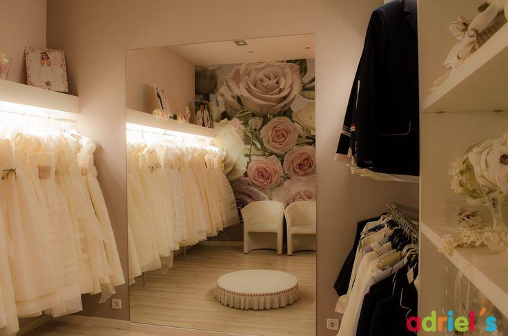Probador preparado especialmente para la venta de trajes y vestidos de Comunión en Adriels moda infantil en Calahorra, La Rioja.