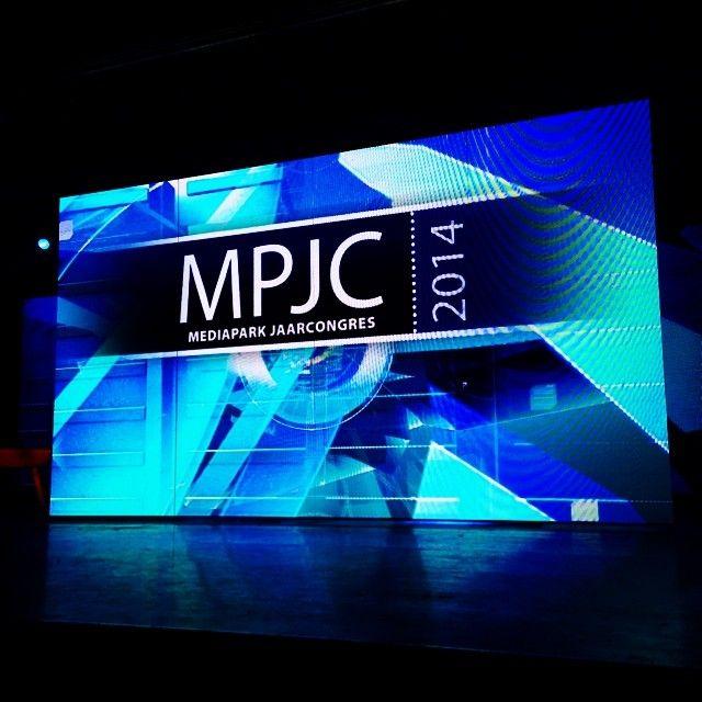 Mooi zo'n groot scherm op het podium; het plenaire deel van het #MediaparkJaarcongres is afgelopen #Mediapark #Hilversum #mpjc2014 #iMMovator
