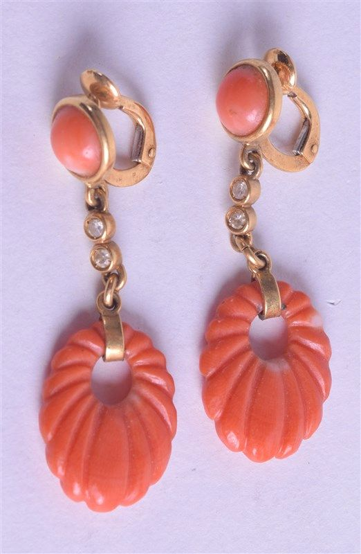 A PAIR OF ANTIQUE YELLOW GOLD AND RED CORAL EARRINGS. 7.3 grams. Coral 1 cm
