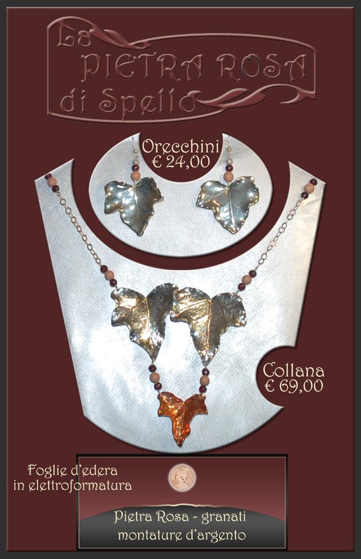 La parure di collana e orecchini con foglie d'edera in elettroformatura è montata in argento, pietra rosa e granati.