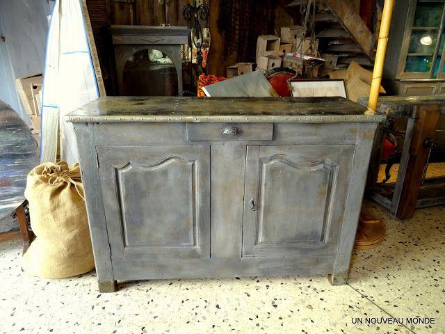 top ce buffet xixme en noyer a reu une patine grise et un zinc ancien pour recouvrir son plateau. Black Bedroom Furniture Sets. Home Design Ideas