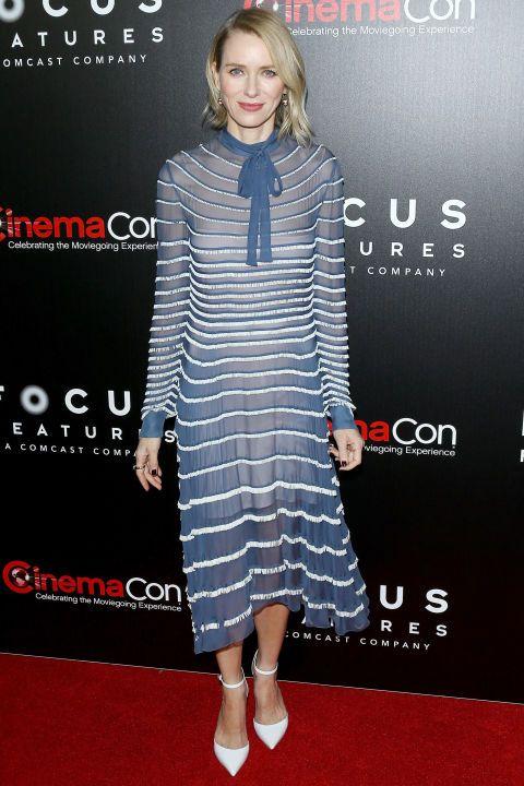 Naomi Watts, mavi ve beyaz Valentino elbisesi ve beyaz topuklu giysileri ile şık ve sofistike görünüyordu.