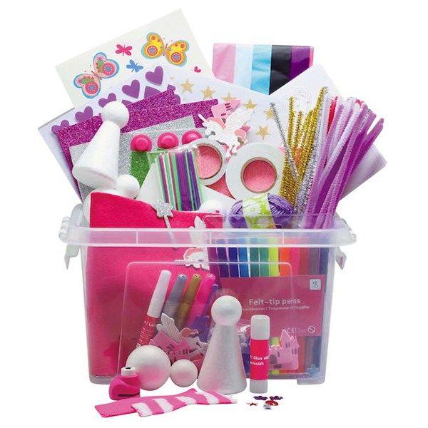 Rusta Kr. 199,- Velfylt hobbyboks med blant annet en blokk med farget papir, lim, fargeblyanter, piperensere, garn, klistremerker, tape (glitter og dobbeltheftende) o...