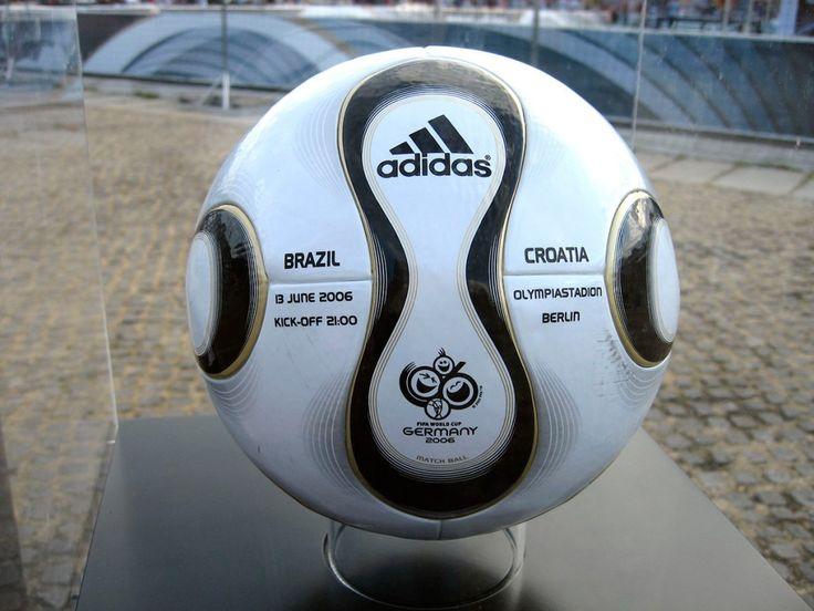 """Mundial Alemania 2006 Redonda y lisa al extremo, la """"Teamgeist"""" (espiritu de equipo) reemplaza los gajos y costuras por dos paneles montados y unidos sobre una estructura interna. El balón fue diseñado por la Molten Corporation y fue fabricado por Adidas."""