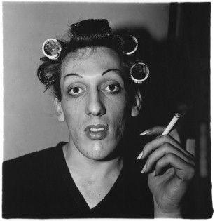 Diane Arbus: Junger Mann mit Lockenwicklern zu Hause in der West 20th Street, N.Y.C. 1966
