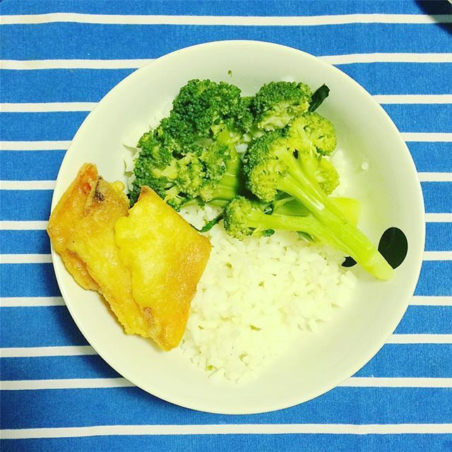 Per salvare una cena da ospedale (riso bianco + broccoli al vapore) ho fatto le frittelle di zucca 😋 (anche perché altrimenti stasera il resto della famiglia ste ciotole me le tirava dietro 😂) #leciotoledicaia