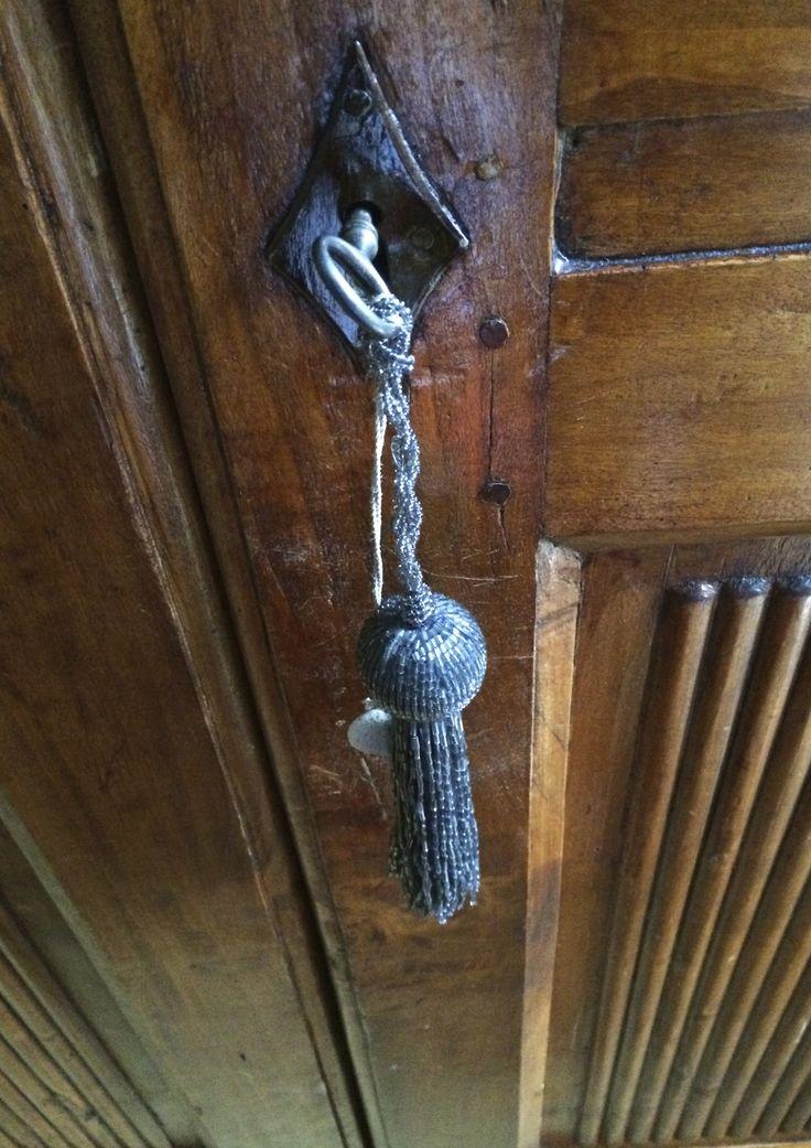 Nappina per chiavi d'epoca originali con ciuffi di perline e ciondoli. Progetto e collezione privata di STRA-DE STRATEGIC-DESIGN.