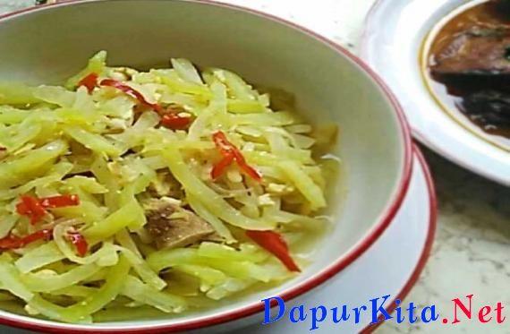 Labu siam adalah salah satu jenis sayuran yang relatif mudah di dapat dan dapat dimasak dengan berbagai cara. Bisa di tumis, di masak dengan santan, untuk campuran sayur lodeh bahkan untuk lalapan dengan cara di rebus atau di kukus lalu di colek deng