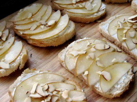 Легкий тост с грушей и сливочным сыром