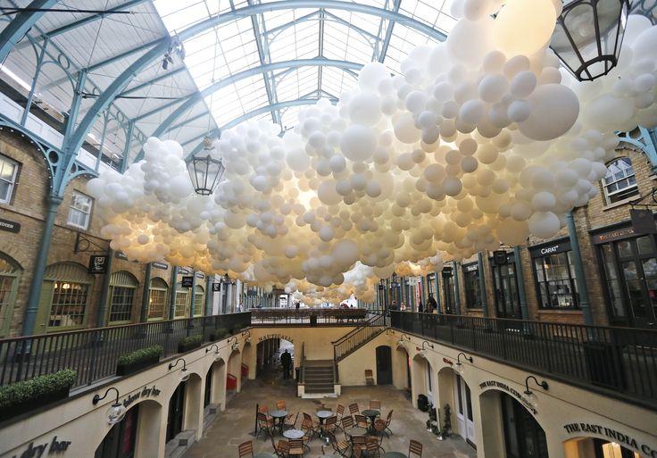 Obra 'Heartbeat', do francês Charles Petillon, que foi feita com 100 mil #balões de ar e está exposta no Covent Garden Market, em #Londres. Frank Augstein/Associated Press.