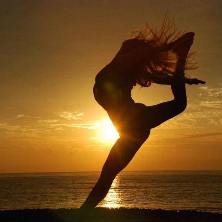 Sun rise, soul rise. Rise up the sun, rise up the energy, elevates the #spirit!  Original photo by Diogo Mendes.  #energyislife #storytelling #energy #sun #life #green #light #soul #sunrise #rise #love #jump #instadaily #energia