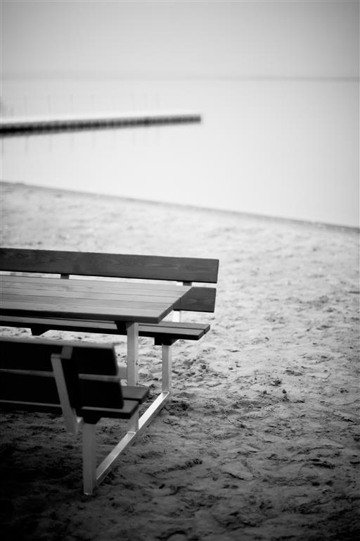 Ławostół drewniany na piaszczystej plaży www.larslaj.pl