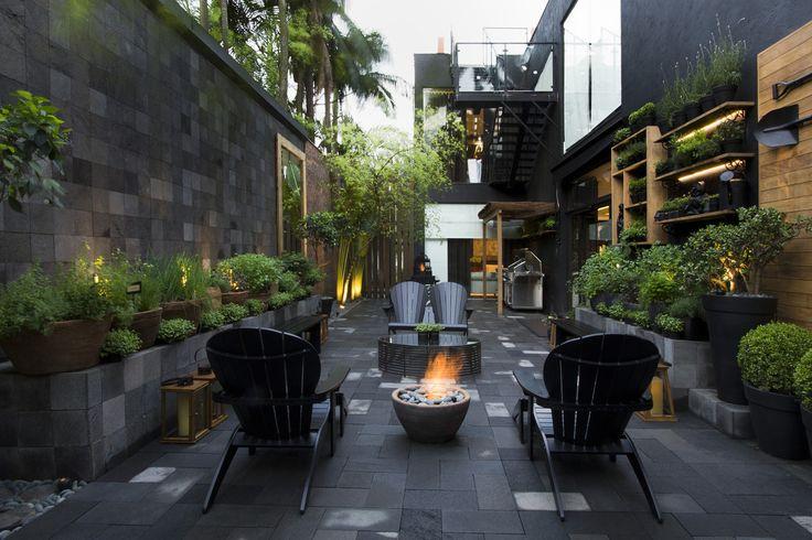 Jardim revestido de pedra com lareira de exterior. https://www.homify.com.br/livros_de_ideias/30589/10-jardins-estilo-espaco-lounge-para-relaxar