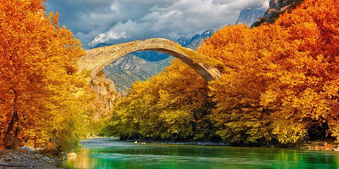 Στην Ήπειρο, τη Μακεδονία και την Θεσσαλία, υπέροχα τοξωτά γεφύρια στεφανώνουν κρυστάλλινα ποτάμια. Κι εμείς τα%2