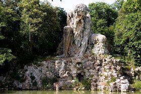 Foi a meados do século XVI que a estátua colossal do famoso gigante Appennino foi construído pelo escultor italiano Hiambologna na Florência, Itália.