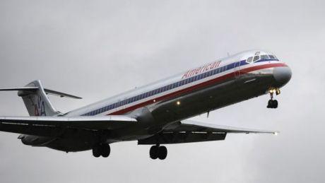 SCANDALOS! Două tinere nu au fost primite la bordul unui avion pentru că purtau colanți