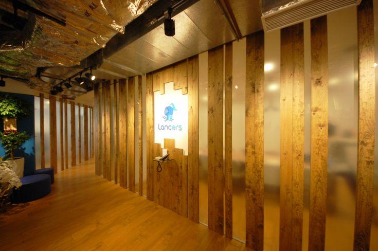 ガラスと木材のあたたかみと抜け感のあるエントランス|オフィスデザイン事例|デザイナーズオフィスのヴィス