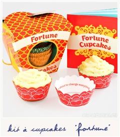 """Fortune cupcakes  [Kit de cuisine] 15.90€  Transformez vos meilleurs cupcakes en véritables """"fortune cookies"""" grâce à ce kit original et décalé. Il contient bien sûr des caissettes en papier joliment décorées, mais en plus, 30 collerettes cachant des petites phrases philosophiques ô combien inspirées ! Vous y trouverez aussi un petit livre de recettes en anglais.   Dimensions : 13 x 13 x 13 cm  http://www.suicidalshop.fr/catalog/product_info.php?cPath=81_id=2821"""