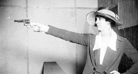 Alice Clement: Ingresó en el cuerpo de policía en 1909 y cuatro años después se convertía en la primera detective de los EEUU, pero en aquellos convulsos tiempos su presencia y eficacia se convirtió en un estorbo para sus propios compañeros. Sufrió el acoso y el desprestigio profesional por el hecho de ser mujer, pero su eficacia y eficiencia la convirtieron en una de las mejores detectives del siglo XX.