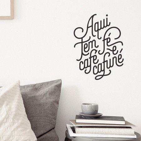 """Adesivo de parede com frase da Pequenas Causas: """"Aqui tem fé, café e cafuné""""."""