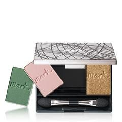 mark-by-avon-clique-it-compact Makeup artist Kelsey Deenihan is a hit with celebrities (her clients include Lucy Hale and Laura Dern)—and with us! Kelsey, who has been working with themark. brandfor a fewyears, has now signed on to represent Avon, as well. So, what does that mean for you? Now, you can expect even more of her expert advice, insider tips, and gorgeous makeup tutorials. We sat down with the Los Angeles native to talk favorite products, pro tricks, and the must-have makeup…
