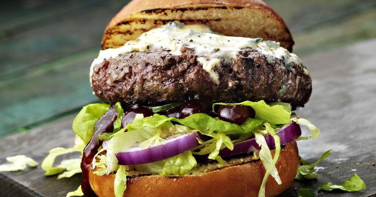 Recept voor hamburgers gemaakt van rundvlees gegarneerd met gegrilde rode uien, BBQ-Sauce Kentucky Whisky en blauwe kaas.
