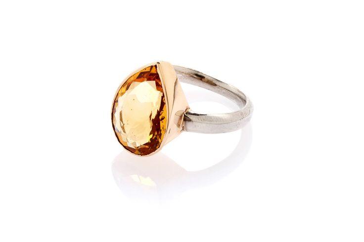 Composizione: anello in argento 925 con corona castone in oro 18 carati, quarzo citrino con taglio a goccia