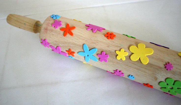 Dica: Crie seu próprio rolo de textura para parede ou pintura em tecido ou papel...use um rolo de macarrão ou um pedaço de madeira roliça...até mesmo cabo de vassoura se o desenho for miúdo...cole recortes de sobras de E.V.A