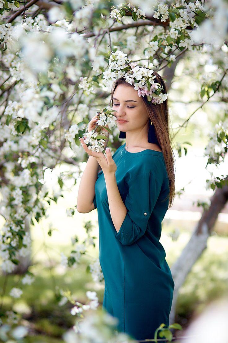 предлагает заказать фото шатенок в цветущих яблонях квартир