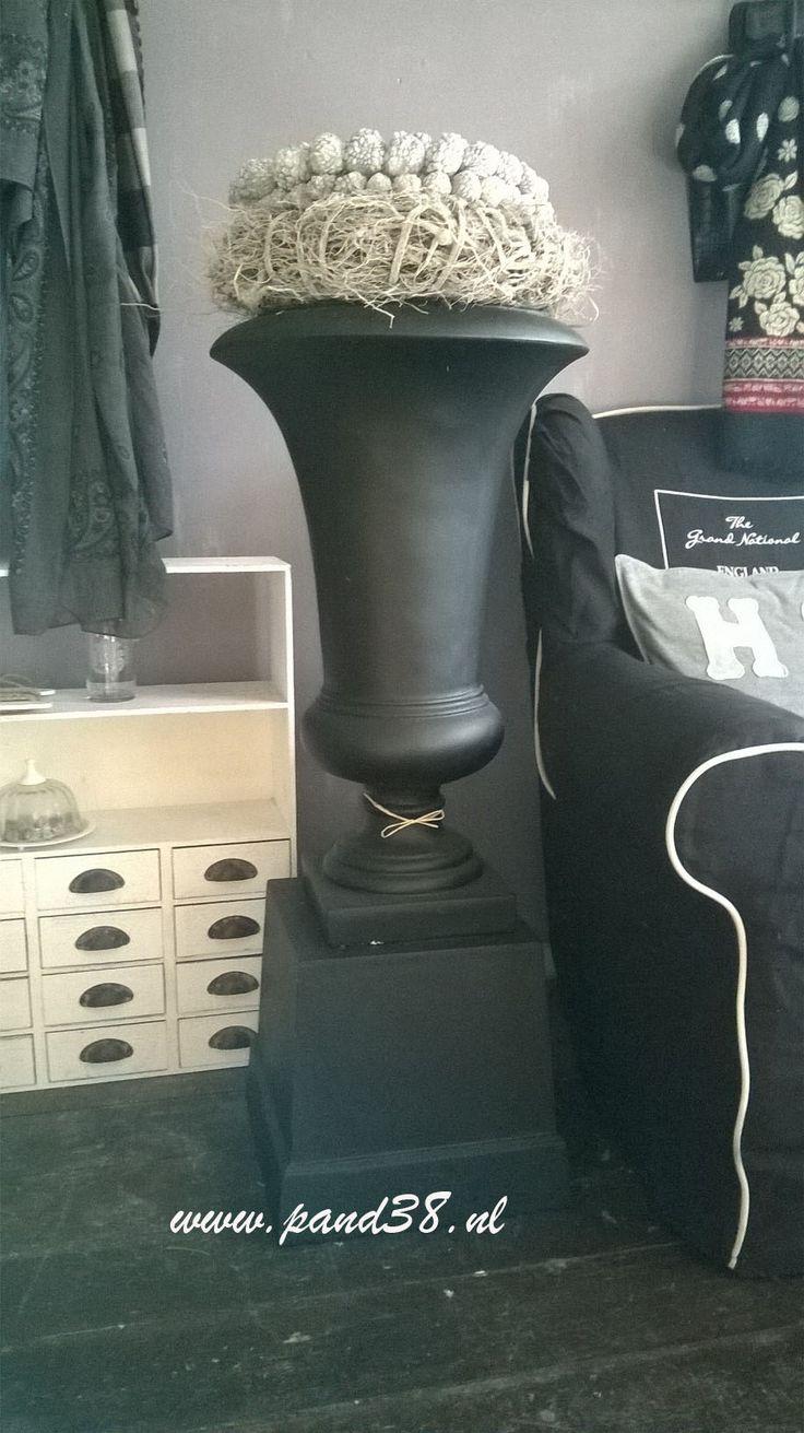 Pot met zuil, kleur zwart, totale hoogte 110 cm. € 149,00 Kijk op www.pand38.nl