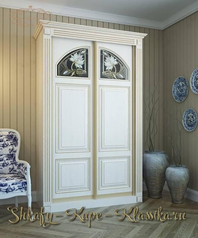 Изящный двух дверный шкаф купе в классическом стиле с витражами в цвете белый ясень. Этот шкаф как и все остальные из этой серии может быть изготовлен на заказ по индивидуальным размерам и с различными декорами в других доступных  расцветках.  http://shkafy-kupe-klassika.ru/